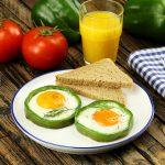 Spiegelei im Paprikaring: Dieses Ei Rezept mit Gemüse peppt jedes Frühstück auf!