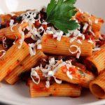 Rigatoni mit Auberginen- und Tomatesoße / Pasta alla Norma