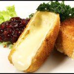 Gebackener Camembert, knusprig paniert, mit Preiselbeeren und gebackener Petersilie - Omas Rezept