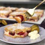 Leckerer Zwetschgen Blechkuchen  Pflaumen Streuselkuchen auf dem Blech mit Quark und Schmand
